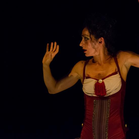 attrice a teatro spettacolo acrobatico