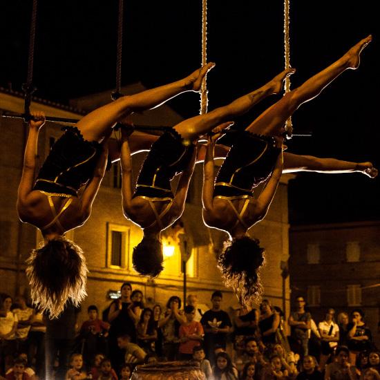danza su funi in piazza spettacolo tria fatae