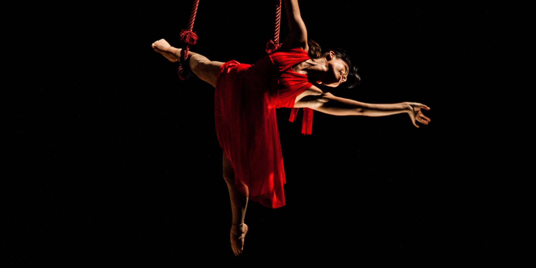 ballerina acrobatica aerea