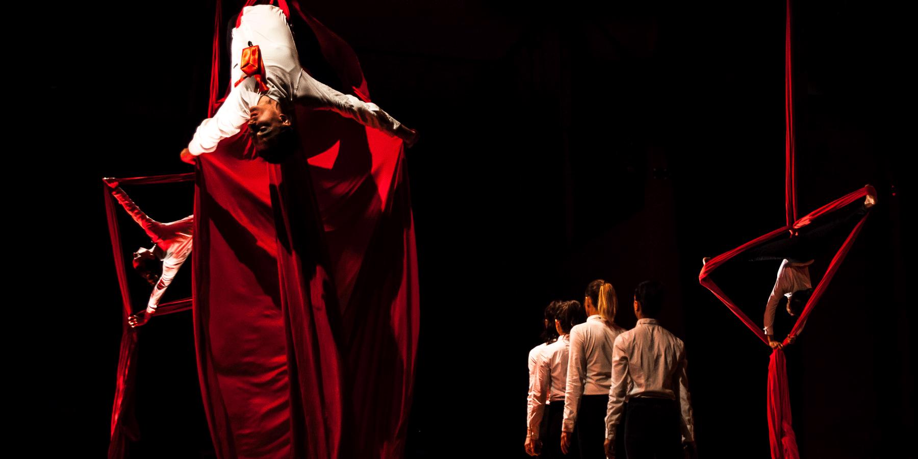 danza su tessuti rossi