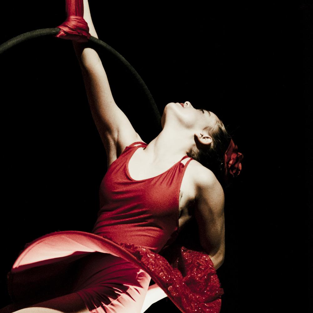 ballerina danza su tessuti aerei