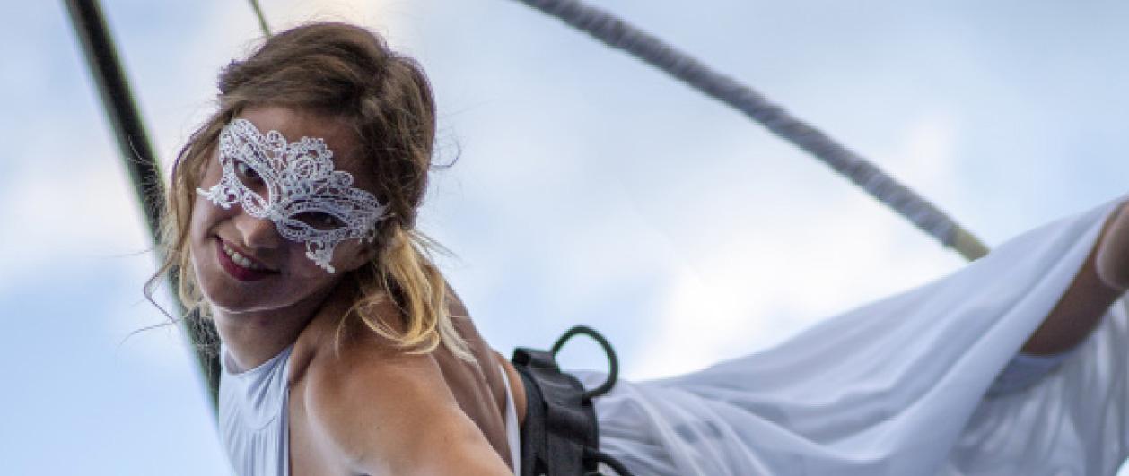 danzatrice su tessuto aereo