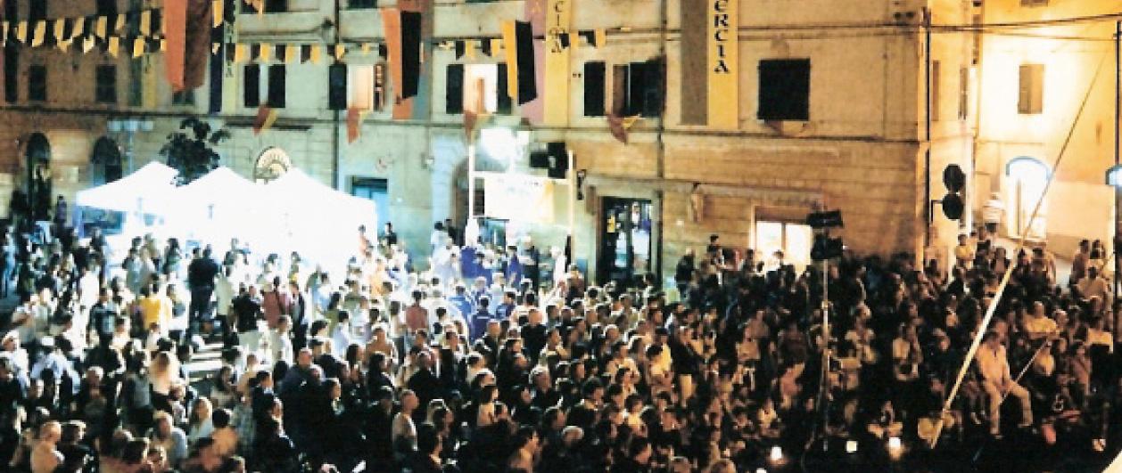 gente in piazza per spettacolo visionaria